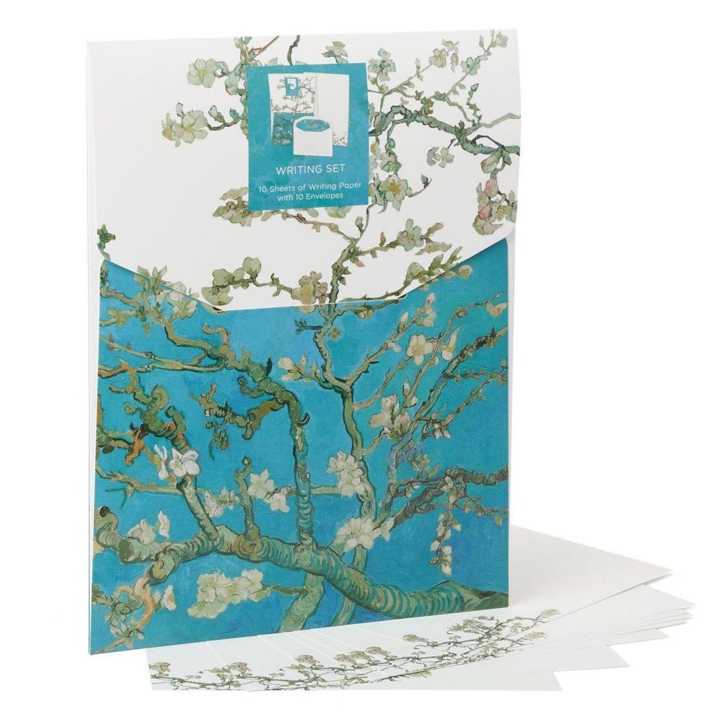 Schrijfset Amandelbloesem Wat is er leuker dan een persoonlijke, handgeschreven brief te ontvangen? Met dit sierlijke Amandelbloesem-briefpapier raak je zeker geïnspireerd tot het schrijven van de mooiste liefdesbrief aan jouw geliefde, vrienden en of familie.| € 4,95